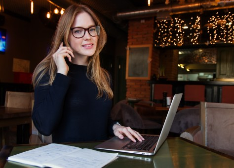 Девушка в очках работает в кафе за ноутбуком - girl in glasses works in a cafe for a laptop 4717×3144